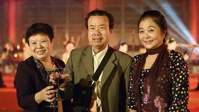 NSƯT Thanh Loan và những người đồng nghiệp nâng ly chúc mừng sự thành công của LHP Quốc tế Hà Nội lần 4.