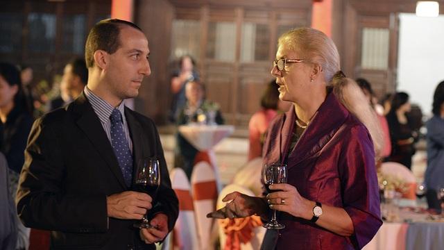 Bà Meyer-Zollitsch - Giám đốc Viện Goethe Hà Nội và một cộng sự.