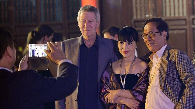 Vợ chồng NSND Lan Hương - Tất Bình chụp ảnh với đạo diễn phim Đông Dương.