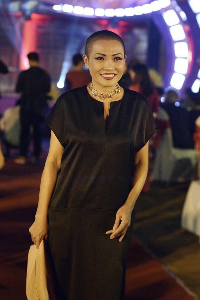 Ca sĩ, diễn viên Phương Thanh. Tối qua, Phương Thanh không chỉ xuất hiện với tư cách khách mời mà còn là ca sĩ biểu diễn. Chị đã thể hiện ca khúc Ngồi tựa mạn thuyền.