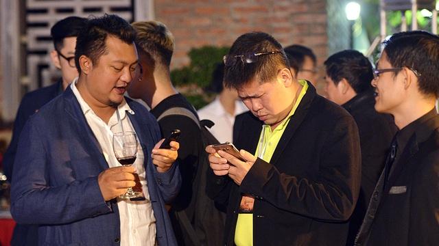 Đạo diễn Phước Sang (áo vàng) trao đổi số điện thoại với những người đồng nghiệp cũ mới gặp lại.