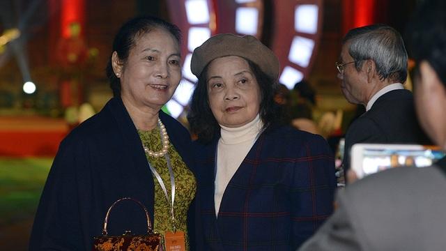 NSƯT Thanh Thuỷ (bên trái) và một người bạn.