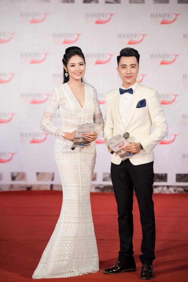 Tối qua, Hoa hậu Ngọc Hân và Anh Duy lại tiếp tục đảm nhận vai trò MC thảm đỏ. Cả hai đã phối hợp với nhau khá ăn ý dù chương trình thảm đỏ khá dài.