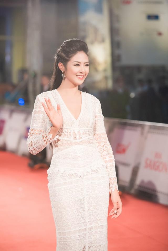 Hoa hậu Ngọc Hân tối qua diện diện một váy ren trắng trong suốt. Dù chưa có nhiều kinh nghiệm trong việc dẫn chương trình thảm đỏ nhưng cô cũng đã hoàn thành công việc này một cách tốt nhất.