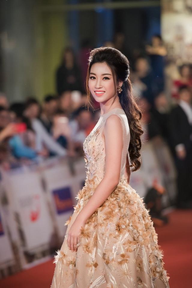 Sau 4 ngày diễn ra, tối qua LHP quốc tế HN lần thứ IV đã chính thức bế mạc với sự kiện thảm đỏ hoành tráng, thu hút sự tham dự của nhiều ngôi sao. Hoa hậu Việt Nam 2016 tiếp tục là tâm điểm gây chú ý khi diện bộ đầm màu vàng lộng lẫy.