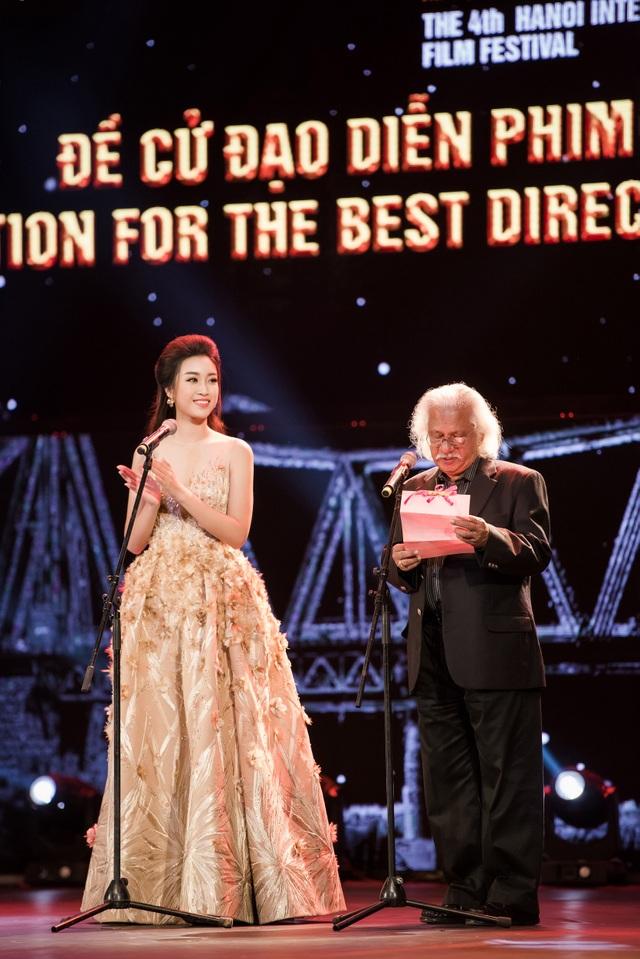 Hoa hậu Mỹ Linh cùng đạo diễn - nhà sản xuất phim lừng danh của Ấn Độ lên trao giải Đạo diễn Phim xuất sắc nhất. Cô tâm sự, đây là lần đầu tiên cô được đứng trên sân khấu của LHP. Cô cảm thấy rất vinh dự khi được BTC lựa chọn mời cùng nhà làm phim Ấn Độ trao giải. Ấn Độ là một quốc gia có nền điện ảnh phát triển của thế giới, nơi đó có phim trường Bollywood - một trong những phim trường có nền điện ảnh phát triển.