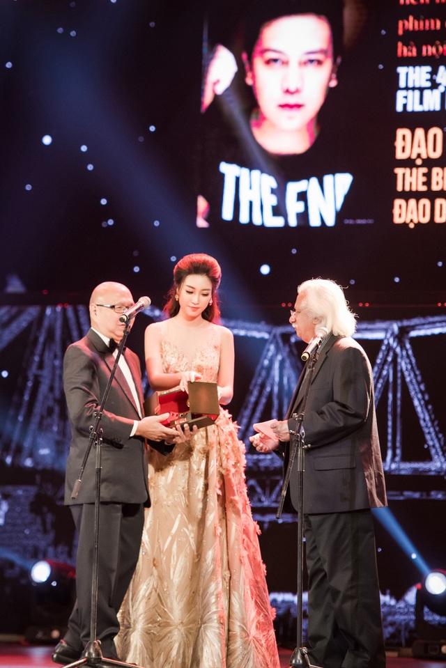 Mỹ Linh cẩn thận sửa lại hộp đựng cúp trước khi trao cho đại diện Nam đạo diễn Philipine đoạt giải Đạo diễn phim xuất sắc nhất.