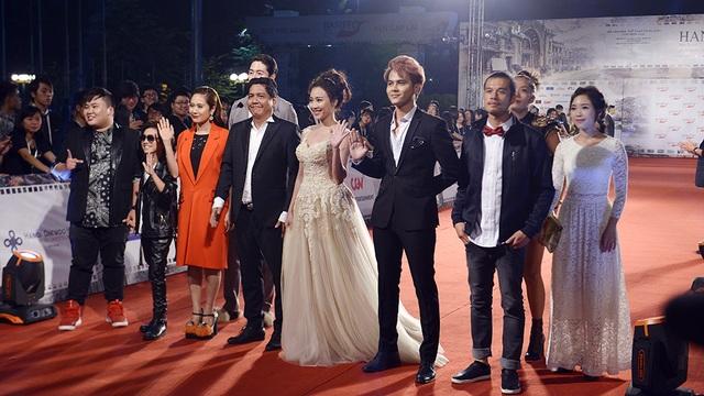 Vợ chồng đạo diễn Đỗ Đức Thịnh và các thành viên trong phim Sứ mệnh trái tim mới được ra mắt chiều 5/11.