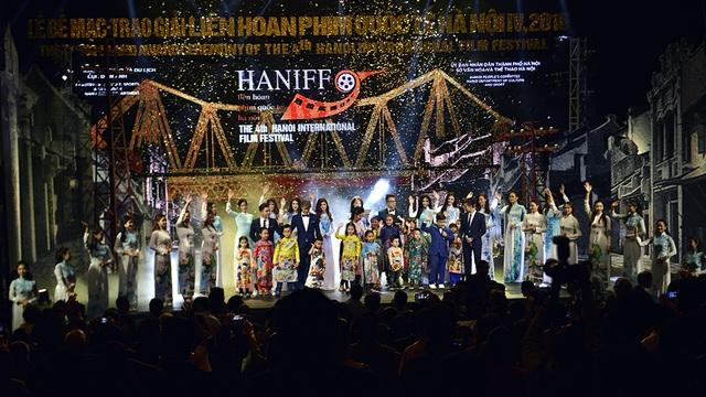Tiết mục văn nghệ kết hợp trình diễn áo dài đã kết thúc lễ Bế mạc LHP Quốc tế Hà Nội lần thứ IV.