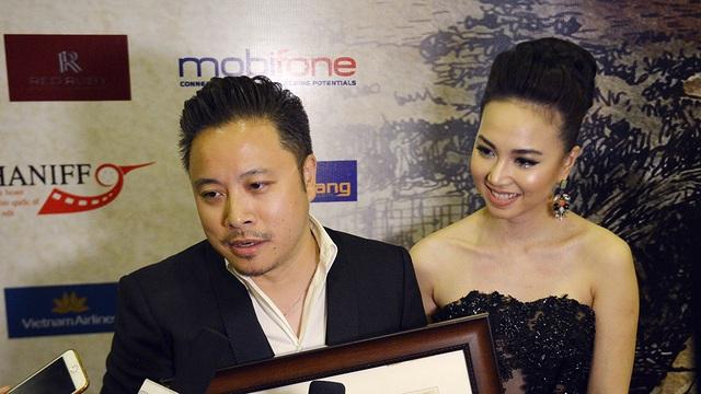 Victor Vũ và Đinh Ngọc Diệp trả lời phỏng vấn. Anh cho biết, anh cảm thấy rất vui và bất ngờ vì Tôi thấy hoa vàng trên cỏ xanh của anh được giải. Đây sẽ là động lực để anh thực hiện tốt 2 dự án phim trong năm 2017.