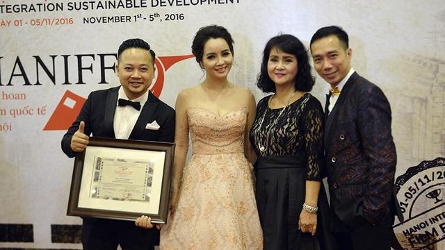 Đại diện đoàn làm phim Trúng số chia sẻ niềm vui với diễn viên Mai Thu Huyền và NTK Đỗ Trịnh Hoài Nam.