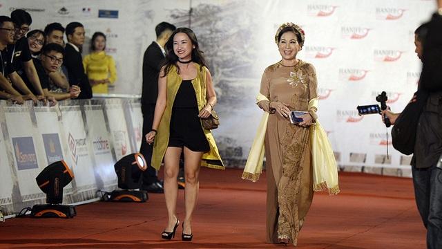 Nghệ sĩ Kim Xuân và một diễn viên trẻ.