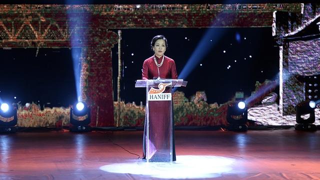 Bà Ngô Phương Lan phát biểu tại lễ Bế mạc LHP Quốc tế Hà Nội 2016.