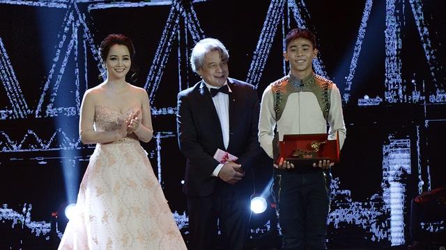 Diễn viên Mai Thu Huyền cùng một đạo diễn quốc tế trao giải Đạo diễn trẻ phim ngắn xuất sắc nhất cho đạo diễn Phạm Ngọc Lân phim Một thành phố khác. Do đạo diễn bận việc không đến được nên diễn viên chính của phim lên nhận thay.