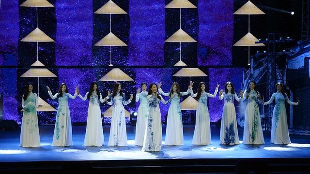 Ái Phương hát Hello Việt Nam với phần phụ hoạ là màn trình diễn áo dài đầy ấn tượng của các người đẹp bước ra từ Hoa hậu Việt Nam 2016.