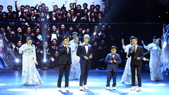 Nhóm The Wins biểu diễn ở phần cuối lễ bế mạc.
