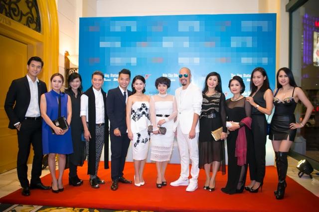 Đông đảo nghệ sĩ đến chúc mừng Hồng Ánh và đoàn làm phim. Ảnh: DBN.