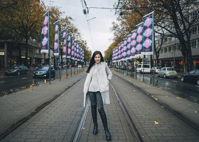 Đông Nhi đã có mặt tại Hà Lan cách đây 2 hôm và rạng sáng nay (theo giờ Việt Nam) cô đã được BTC trao giải thường.