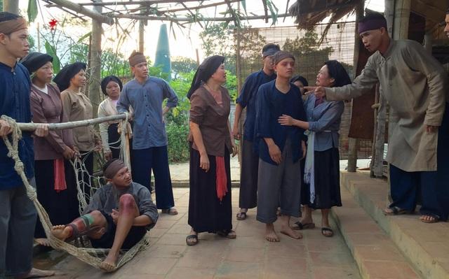 Một cảnh có nhiều diễn viên quần chúng tham gia.