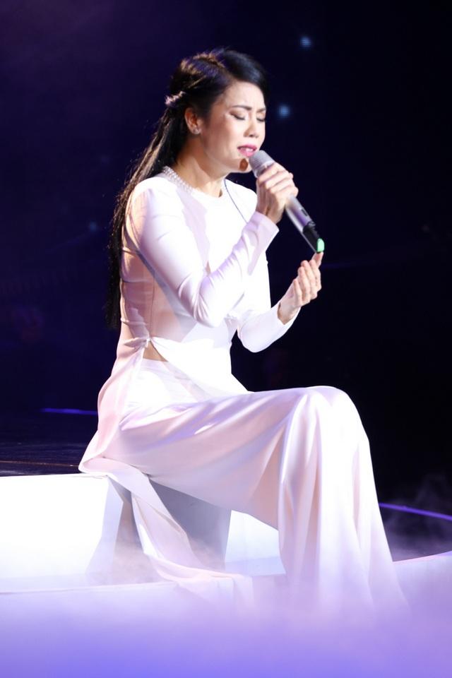 Giọng ca gốc Hải Phòng mở đầu đêm nhạc bằng bộ áo dài trắng và khóc ngay từ bài đầu tiên.