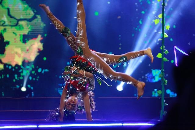 Hai tiết mục của hai vũ công nhí Như Minh - Hà My với hiệu ứng âm thanh, ánh sáng...