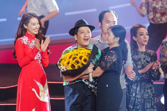 Trường Giang được khán giả lên tặng hoa.