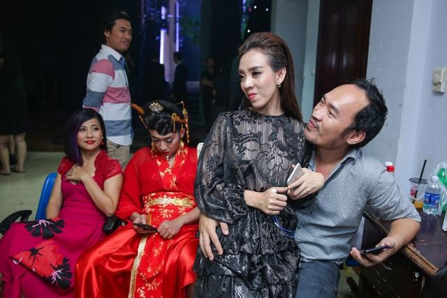 Thu Trang nhí nhảnh ngồi vào lòng chồng trước ánh mắt ghanh tỵ của bao người sau khi đã kết thúc vai diễn.