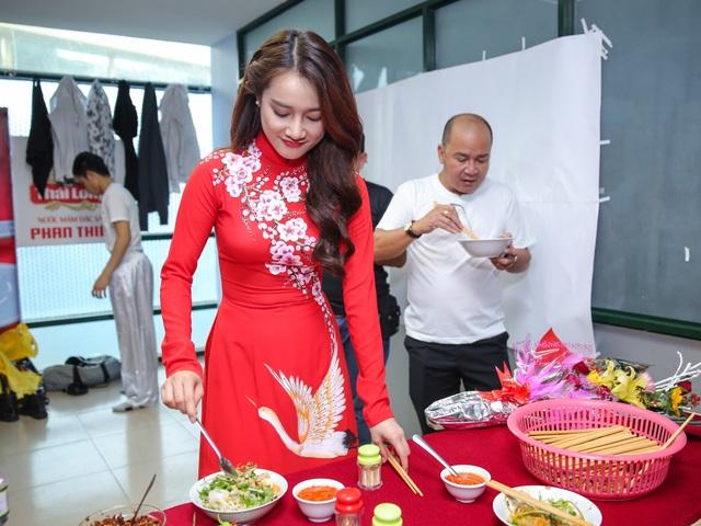 Tối qua, Nhã Phương bất ngờ diện áo dài đỏ xuất hiện trong liveshow với giọng hát cao vút. Tuy nhiên, trước giờ diễn, ngọc nữ mới của làng điện ảnh đã chăm cho người yêu từng miếng ăn.