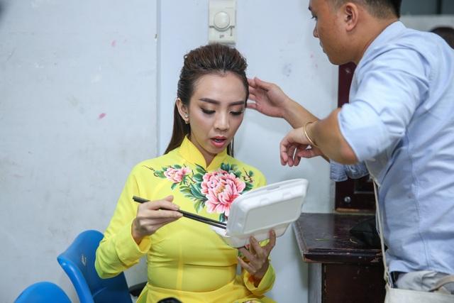 Thu Trang vừa trang điểm vừa tranh thủ ăn lót dạ.