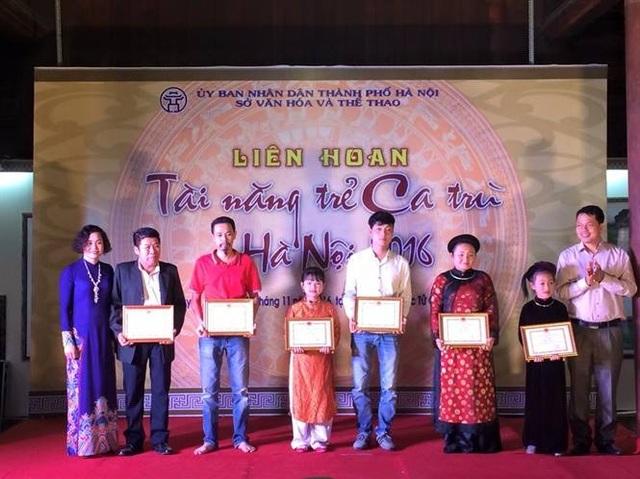 Theo ông Đặng Hoành Loan thì điều dễ nhận thấy là Liên hoan năm nay có rất nhiều tài năng trẻ có giọng hát hay. Chỉ cần như vậy cũng cho thấy việc đào tạo ca trù của chúng ta đạt kết quả tốt. Ảnh: KM.