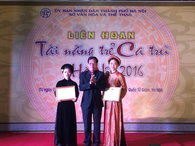 Ông Trương Minh Tiến - PGĐ Sở Văn hoá - Thể thao Hà Nội trao bằng khen cho các thí sinh đoạt giải. Ảnh: KM.