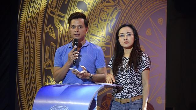 BTV Hoài Anh và MC Danh Tùng trong buổi tổng duyệt lễ trao giải giải thưởng Nhân tài đất Việt 2016, diễn ra ngày hôm qua (18/11) tại Hà Nội. Ảnh: Mạnh Thắng.