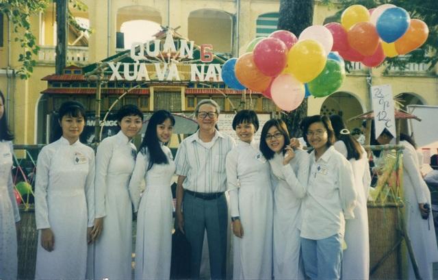 BTV Hoài Anh (thứ 3, từ trái sang phải) cùng thầy giáo và các bạn cùng lớp trong một sự kiện của trường thời còn học PTTH.