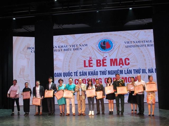 Trao giải cho các cá nhân đoạt giải trong Liên hoan quốc tế sân khấu thử nghiệm. Ảnh: Thuý Hiền.