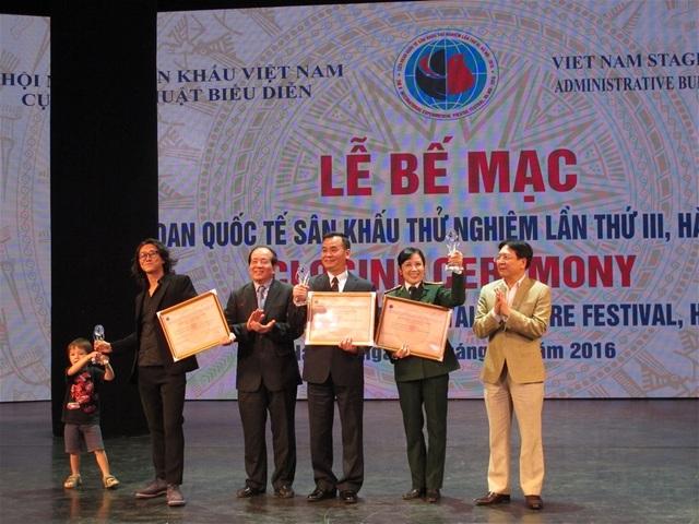 Thứ trưởng Vương Duy Biên và nhà thơ Hữu Thỉnh trao giải các các tác phẩm đạt giải. Ảnh: Thuý Hiền.