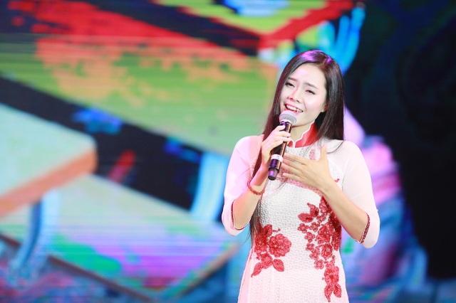 song ca cùng cô học trò giờ cũng là cô giáo Lương Nguyệt Anh.