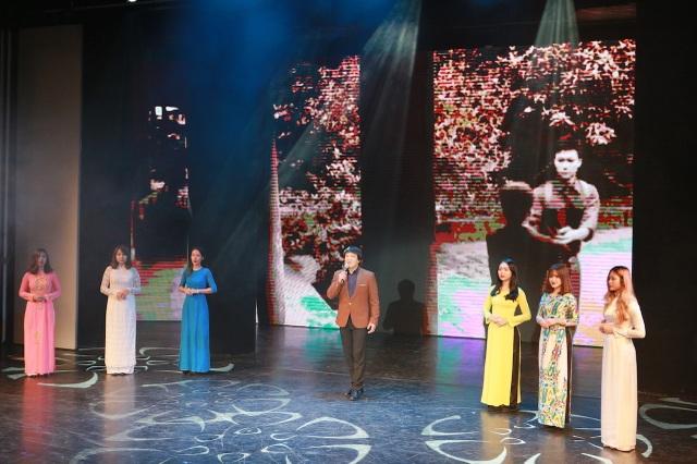 NSƯT Quốc Hưng hát cùng các thế hệ học trò của mình.