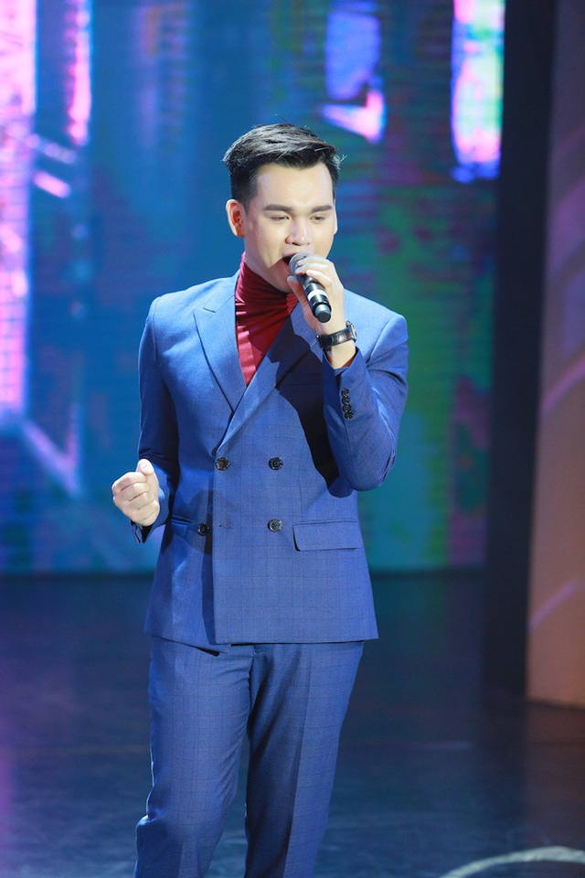 Nguyễn Trần Trung Quân hát tặng cha cũng là một thầy giáo.