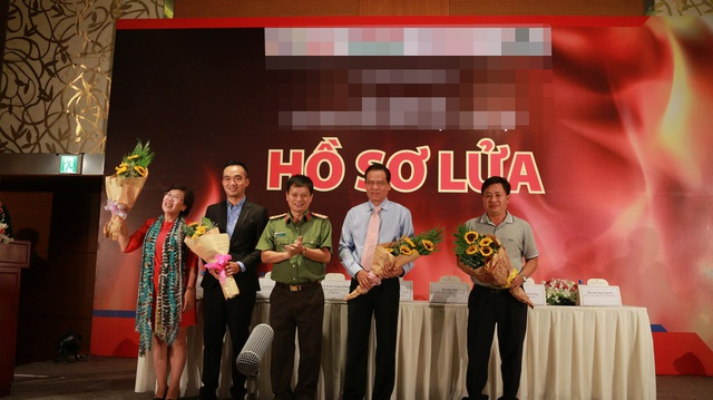 Các thành viên trong ban cố vấn và biên kịch tại buổi giới thiệu phim.