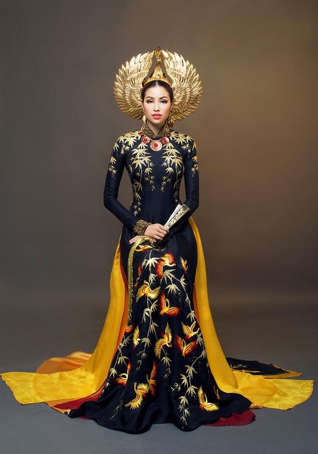 Bộ trang phục dân tộc ấn tượng của Phạm Hương mang đi dự thi Miss Universe 2015. Ảnh: TL.