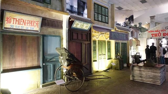 Không gian Hà Nội của những năm 1945 - 1946 được tái hiện lại đầy sống động với những vật dụng thân quen.
