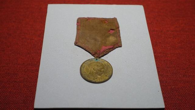 Huy chương của ông Trần Văn Tiêm do Tổng bộ Việt Minh tặng vì có thành tích giúp đỡ cán bộ trong những ngày đầu kháng chiến.