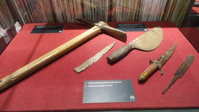 Cuốc chim sử dụng đảo công sự, đắp chiến luỹ; dao thái thịt sử dụng trong chiến đấu ở chợ Đồng Xuân; dao găm sử dụng trong chiến đấu... những năm 1946 - 1947.