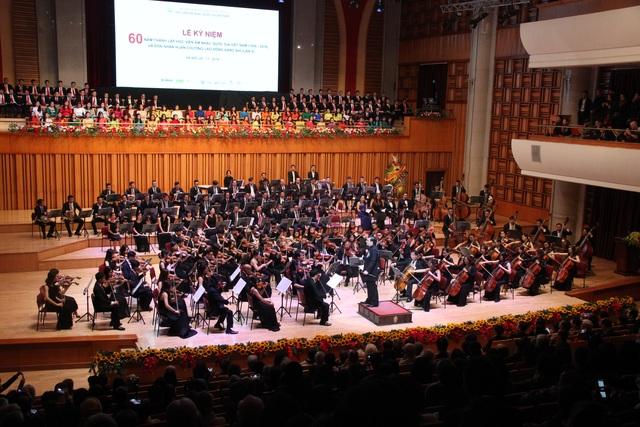 Màn biểu diễn của dàn nhạc dân tộc và dàn nhạc giao hưởng.