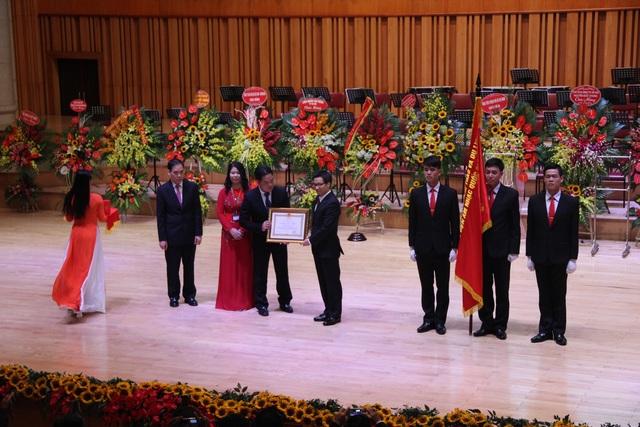 Phó Thủ tướng Vũ Đức Đam đã trao Huân chương Lao động hạng Nhì cho Học viện Âm nhạc quốc gia Việt Nam.