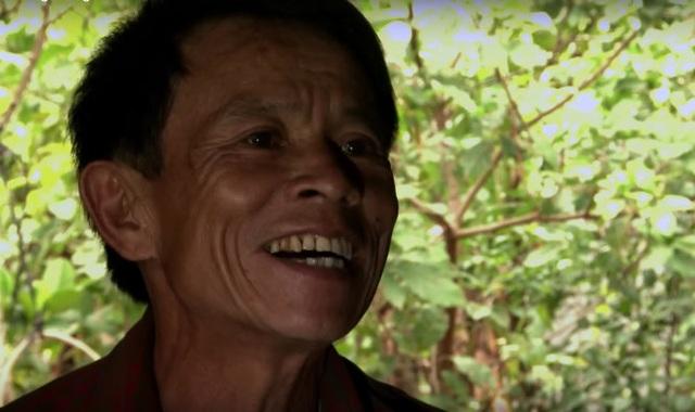 Ông Nguyễn Ngọc Triệu mưu sinh bằng nghề nhặt bom mìn còn sót lại sau chiến trong. Nhân vật của phần 3 phim tài liệu Đáng sống. Ảnh: TL.