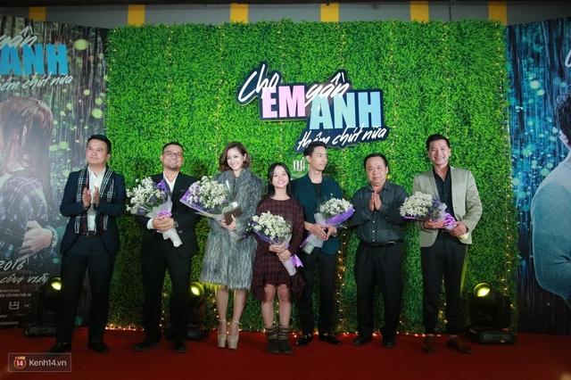 Đoàn làm phim nhận hoa của nhà sản xuất.