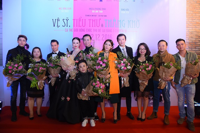 """Đạo diễn Việt Anh và Nguyễn Thu tặng hoa cho dàn nghệ sĩ tham gia phim """"Vệ sĩ, tiểu thư và thằng khờ"""" ."""