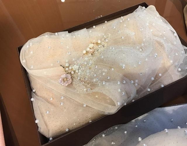 Cận cảnh váy cưới đính 10.000 viên pha lê và đá quý của Mai Ngọc trong lễ cưới.