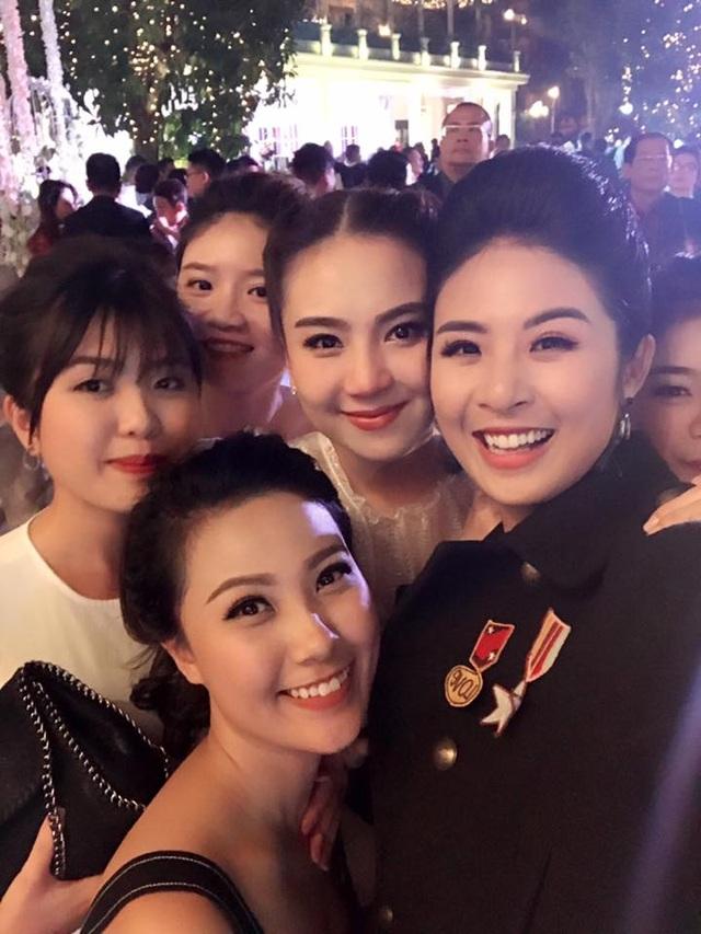 Mai Ngọc chụp ảnh với Hoa hậu Ngọc Hân và những người bạn trước khi bước vào giờ hành lễ.